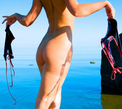 femme naturiste & nudiste sur la plage